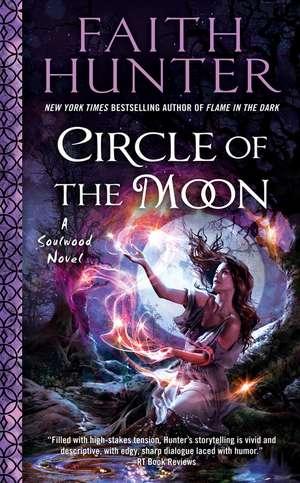 Circle Of The Moon: A Soulwood Novel #4 de Faith Hunter